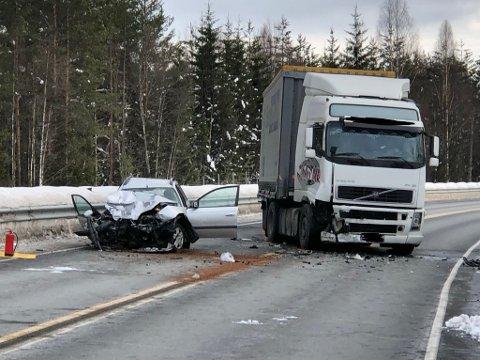 ALVORLIG ULYKKE: En personbil og en lastebil kolliderte på riksveg 4 sør for Harestua søndag. En mann i 60-årene fra Oslo ble alvorlig skadet.