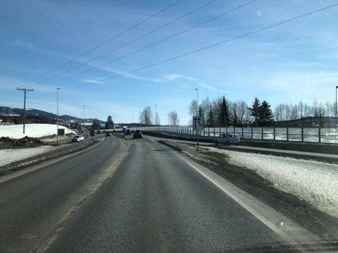 FØRSTE PÅSKEDAG: Trafikken på riksveg 4 ved Esso på Jaren ved 15-tida 1. påskedag 2018.