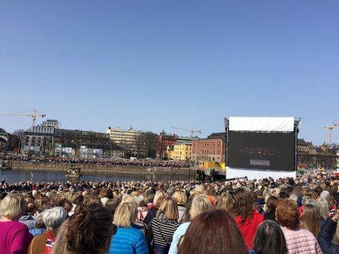 DIRIGENT PÅ STORSKJERM: Orkester og kor var innendørs. Lyd og bilde ble overført via enorme storskjermer ute på operataket.