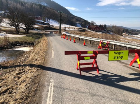 STENGT: Fylkesveg 45 mellom Skari og Kjos mot Bleiken i Gran kommune er stengt på grunn av oversvømmelse.