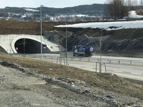 KJØRER SKYTTEL: Sugebiler kjørte skyttel torsdag for å frakte vann ut fra pumperommet i Granstunnelen.