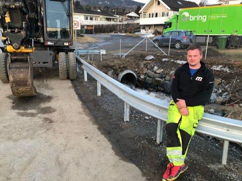 PÅ VAKT: Per Erik Sørvang har overvåkningspost ved Haugsbakken på Jaren. VEd 22-tida torsdag blir det avgjort om vaktholdet skal videreføres gjennom natta.