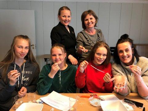 FINT Å KUNNE BIDRA: Ungdommen er glade for å kunne bidra. Fra venstre: June Ekeren, Oline Næss, Maria Martinsen og Kate Eck. Bak: Kari Veierød Næss og Tone Reidem.