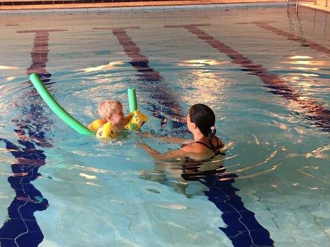 MORO I BASSENGET: Viktor og Anette i bassenget på Harestua skole.