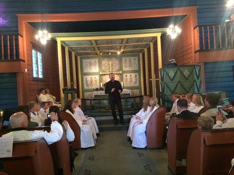 OVERRASKELSE: Knut Anders Sørum kom på overraskelsesbesøk under konfirmasjonsgudstjenesten i Ål kirke søndag 27. mai.