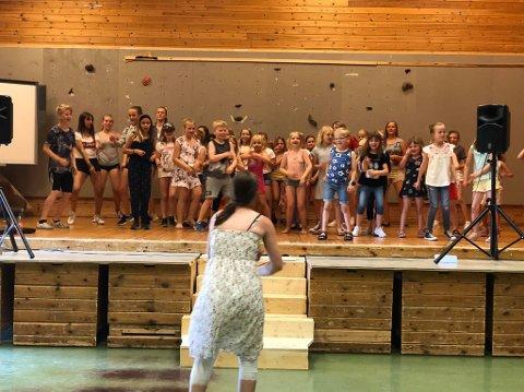 HÅPEFULLE: Instruktør Karin Fristad foran gjengen med håpefulle skuespillerspirer.