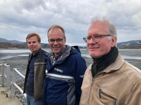 PRESENTERTE: Trond Stabell fra Faun, landbrukssjef for Hadeland Einar Teslo og Ola Hegge fra Fylkesmannens miljøvernavdeling presenterte den omfattende rapporten om vannkvaliteten i 34 tjern på Hadeland.