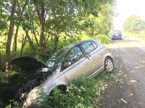 AV VEGEN: Bilen kjørte av vegen og inn i et tre.