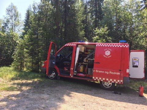 Brannvesenet og Sivilforsvaret jobber med å slukke brannen ved Snellingen.