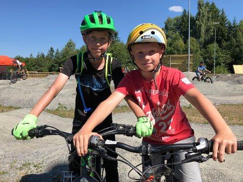GØY MED FART: Mathias Hagebø (t.v.) og Arne Martin Sangnæs stortrivdes i pumptracken på Sittpåsletta.