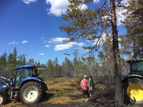DUGNAD: Brannvesenet hadde god hjelp av frivillige under skogbrannen ved Snellingen tidligere i sommer.