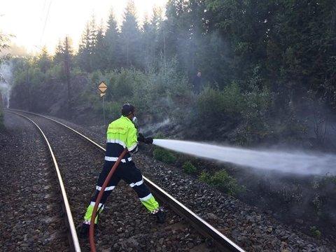Jobber fortsatt: Mandag ettermiddag og kveld jobber fortsatt brannvesenet med etterslukking av den voldsomme skogbrannen langs Gjøviksbanen.