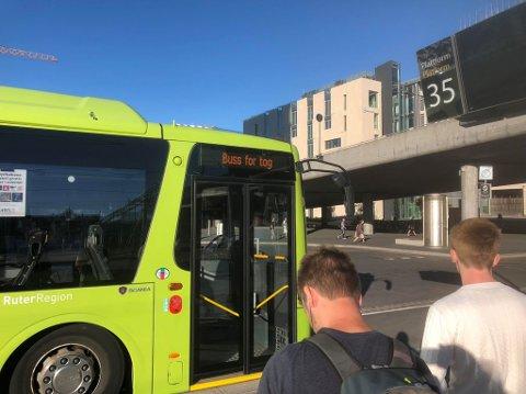 ALTERNATIV TRANSPORT: Det settes opp buss for tog, men ikke nok til å ta unna tilsvarende antall reisende som toget kan ta med.
