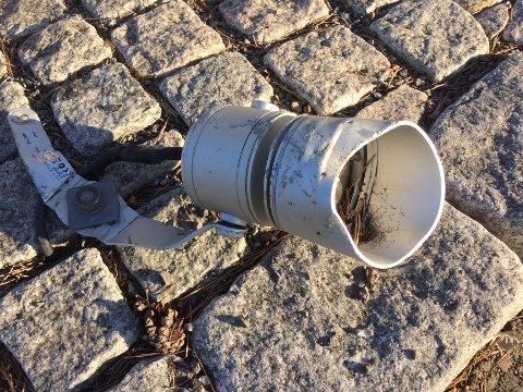 ØDELAGT: En av lampene som er ødelagt.