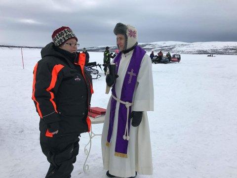 FRA FINNMARK TIL HADELAND: Daniel Håkegård kommer opprinnelig fra Hurdal, men har de siste årene bodd i Porsanger i Finnmark. Her er han under påskedagsgudstjeneste utendørs på Finnmarksvidda.