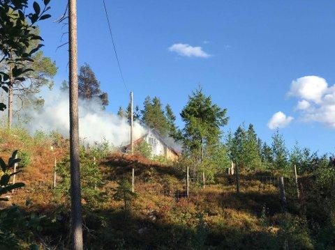 BRANN: Det brenner i denne bygningeni Kjølvegen i Brandbu.
