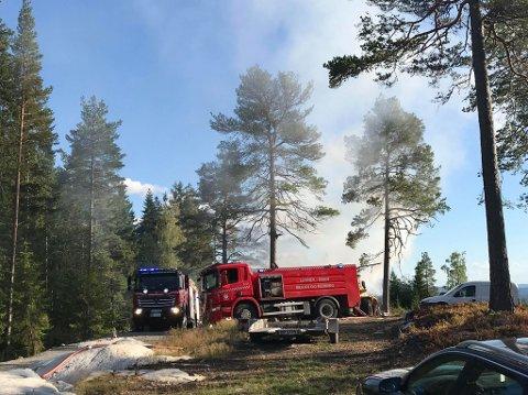 NÆR SKOGEN: Det brenner i et hus i Brandbu. Huset ligger tett på skogen i Kjølvegen i Brandbu.