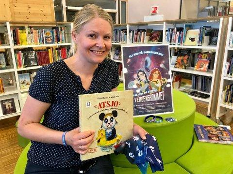 VIL FEIRE: Bibliotekar Stine Andrea Heggen inviterer til fest.