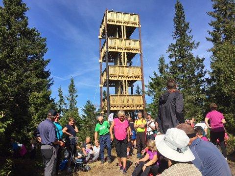 Flere hundre møtte fram til åpningen av Lushaugtårnet søndag.