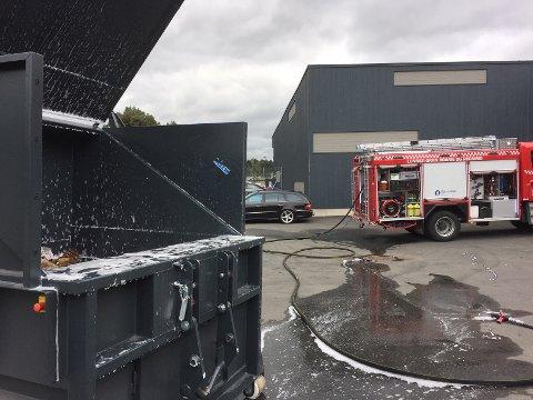 BRANN: En papp-komprimator (til venstre) hos Biltema tok fyr. Kort veg og rask respons fra brannvesenet gjorde at situasjonen kom under kontroll.