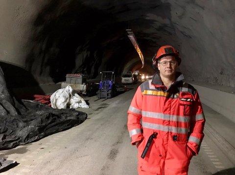 Ferdig før tiden: Arbeidet i Røstetunnelen blir ferdig tidligere enn ventet. Vi møtte byggeleder Anders Bergseth i tunnelen tidligere i januar.
