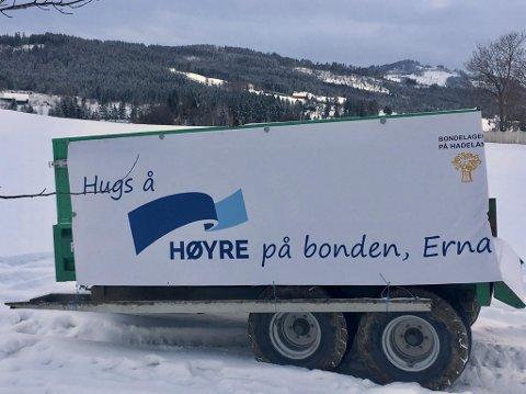 MANGE VIL BLI HØRT: Bondelagene på Hadeland har ubemannet demonstrasjon i åkeren utenfor Granavolden Gjæstgiveri.