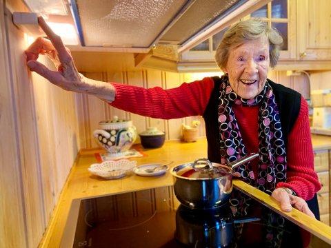 SENT, MEN GODT: Rachel Dalevoll (94) fra Brandbu hadde bestilt komfyrvakt, men den kom ikke før noen dager etter uhellet. – Alle burde ha en sånn, mener hun.