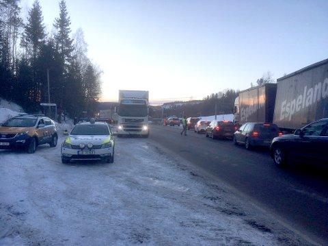 KØ: Tett med trafikk gjennom Grua litt før klokka 15.