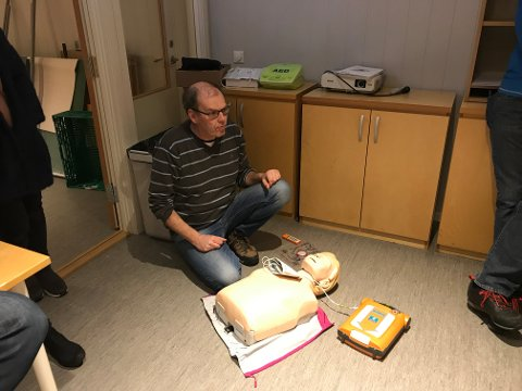 KURS: Eivind Spiten fra Røde Kors Førstehjelp Oslo holdt kurset på Lygna.