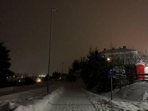 MØRKT: Slik så det ut skolevegen til barna på Fredheim skole tidligere i vinter. Lysene ble slått på igjen, takket være en privat gave. Nå har har kommunestyret vedtatt at kommunen skal jobbe videre for å få fylkeskommunen til å ta over.