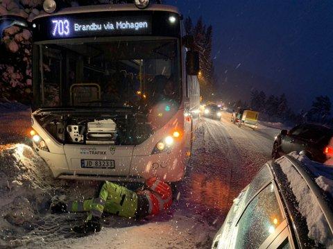 AV VEGEN: En buss har kjørt av vegen på Grua.
