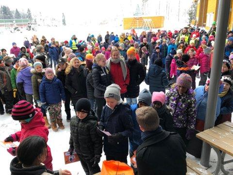 I KØ: 320 elever i køer for å hilse på Selma og Johannes i NRK Supernytt.