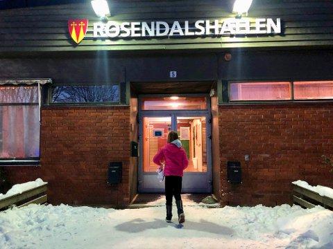 PÅ PLASS: Nå heter Granshallen (Gran idrettshall) offisielt for Rosendalshallen.