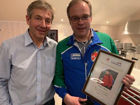 HEDRET: Kalle Ihlen hadde allerede æresmedlemskap i Hadeland o-lag. Han ble derfor hedret med tittelen «Greven av Lushaugen III» av o-lagets leder, Einar Teslo.