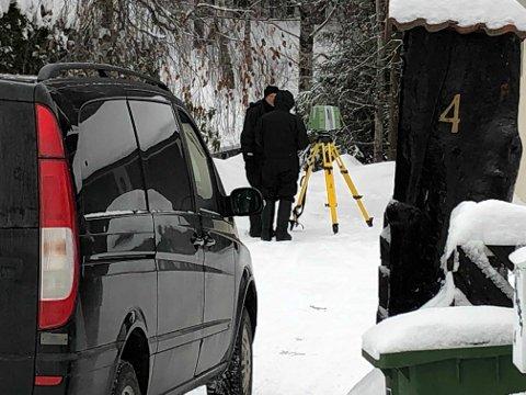 3D-KAMERA: Politiet er torsdag på eiendommen til ekteparet Hagen. De tar i bruk et avansert 3D-kamera.