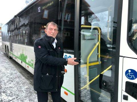 PROVOSERT: Karel Strandbo har kjørt buss i 20 år. Han er provosert over at kommunen kaller strøing av veger for service.