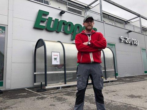 NYTT EIERSKAP: Butikksjef Trond Avtjern er positiv til hva nytt eierskap av bygget vil bety. Det er åtte ansatte hos Europris Brandbu.