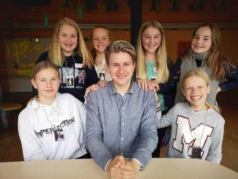 INTERVJUET KJENDIS PÅ KURS: Her er deltakerne sammen med YouTube-stjernen: Fra venstre øverst er det Izellah Ingvill Josefine Bygdevoll (11), Ingrid Myhre Løvaas (12), Oda Nordli (12), Tara Alison Selmer (12), og fra venstre nede er det Linnea Engen Sjögreen (12) og Lykke-Linèa Gaarder (12).
