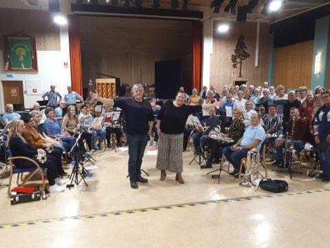 Konsertklare: Ole Kristian Egge og Monica Egeland Hammer foran sine orkester og kor under fellesøvelse på Granvang.