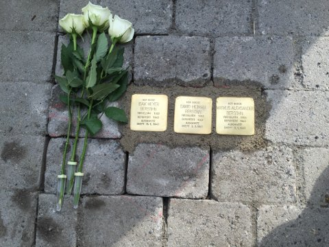 Snublesteiner: 7. juni 2016 var Sidsel Levin på Jevnaker, da det blei lagt ned snublesteiner til minne om David, Isak og Markus Bersohn.