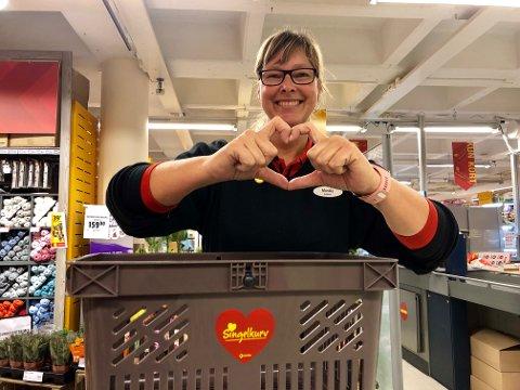 KJÆRLIGHET: Vi håper selvsagt at noen finner kjærligheten via våre singelkurver på nærbutikken, sier butikksjef ved Extra Jevnaker, Monika Myhrstuen.