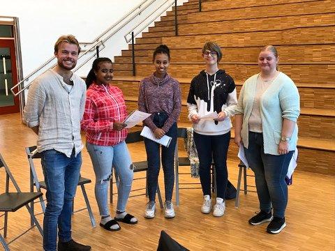 Ny dirigent: Johan Christian Torsvik Bruun er ny dirigent i Hadeland ungdomskor. Jentene kommer fra Gran og Lunner.