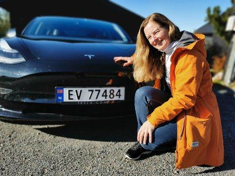 TIDLIG UTE: Marit var tidlig ute som elbil-eier. Nå er Nissan Leaf byttet ut med bilen som topper salgslistene både i Norge og lokalt: Tesla Model 3. Dette bildet ble tatt i forbindelse med omtalen av salgstallene i september.