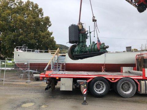 M/S «BRANDBU»: Her heises den 2,8 tonns tunge motoren på plass i M/S «Brandbu».