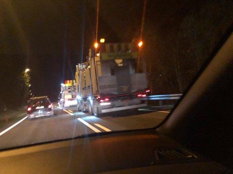 LAGER KØ: En bil som holder på med vegmerking skaper kø på riksveg 4.