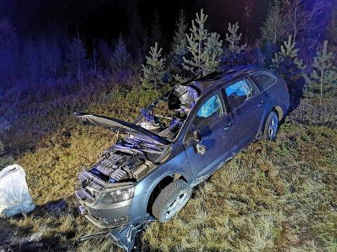 STORE KREFTER: Dette er en av de to bilene som torsdag kveld var involvert i ulykken på riksveg 4. Det totale hendelsesforløpet er ikke kartlagt ennå.
