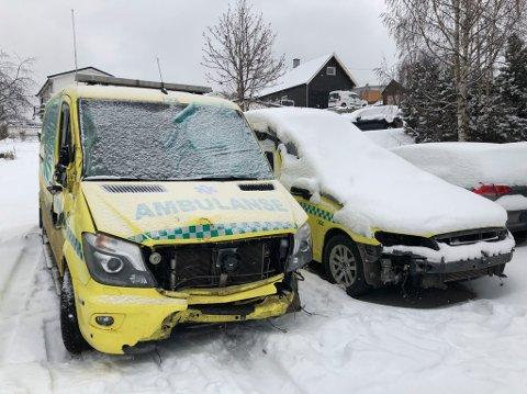 Kolliderte på fylkesveg 34: Ambulansene som var involvert i hendelsen 10. november.