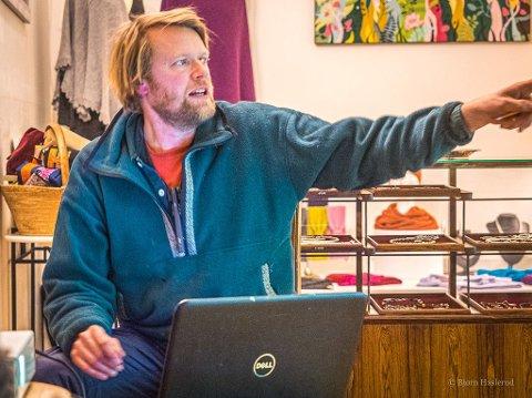 Kunstneren: Andreas Siqueland i aksjon på festmøtet.