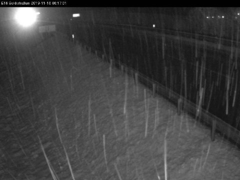 BEKKEHALLUM: Dette bildet er tatt på E 16 Bekkehallum mellom Jevnaker og Lunner klokka 6.17 i dag og viser nedbør som er i ferd med å legge seg i vegen.