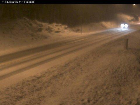 SNØ: Trafikk-kameraet på Stryken viser at det ligger en del snø i kjørebanen klokka 6.25 mandag morgen.